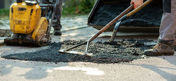 Installing-an-asphalt-driveway-with-a-professional-crew
